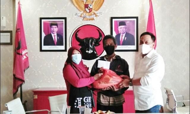 MENGADU KE DEWAN: Anas Karno (kanan) menerima warga di Surabaya yang tidak mendapat bantuan sosial. | Foto: Barometerjatim.com/IST