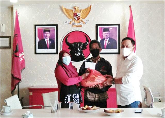 MENGADU KE DEWAN: Anas Karno (kanan) menerima warga di Surabaya yang tidak mendapat bantuan sosial.   Foto: Barometerjatim.com/IST