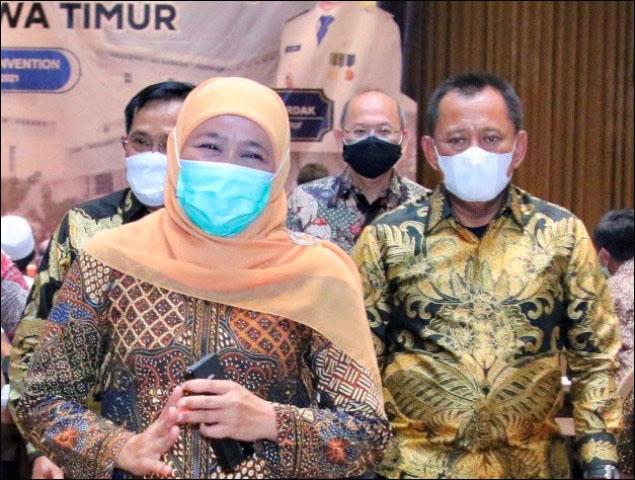 SAMPAI KAPAN PLH?: Heru Tjahjono (kanan) saat mendampingi Gubernur Khofifah. Sampai kapan Plh? | Foto: IST/Dok