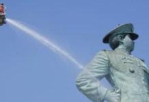 DIBERSIHKAN: Patung Monumen Jalesveva Jayamahe dibersihkan setelah 25 taun. | Grafis: Barometerjatim.com/IST
