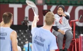 SIAPA SANGKA: Qomarul Lailah saat menjadi wasit pertandingan bulu tangkis di Olimpiade Tokyo 2020. | Foto: Antara