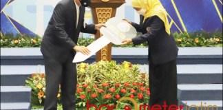 SUMBANG AMBULANS: Khofifah menyumbangkan mobil ambulans untuk Unair yang diterima Prof Nasih. | Foto: Barometerjatim.com/ROY HS