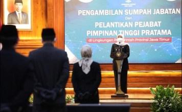 LANTIK PEJABAT: Khofifah lantik 17 pejabat Pimpinan Tinggi Pratama di Gedung Negara Grahadi, Surabaya. | Foto: Barometerjatim.com/IST