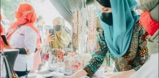 TINJAU STAN: Arumi Bachsin, tinjau stan bazar dan pelatihan enterpreneurship coaching di Jember.   Foto: IST