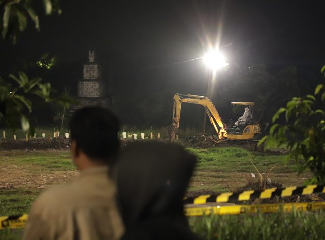 TOUR On DUTY: Pelanggar protokol kesehatan di Surabaya dibawa ke pemakaman Covid-19. | Foto: Barometerjatim.com/IST