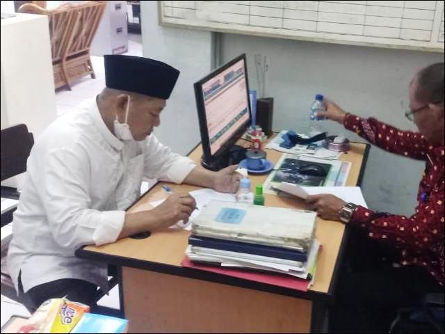 PINDAH KE LAPAS PORONG: Saiful Ilah (kiri) diterima petugas registrasi Lapas Porong. | Foto: Barometerjatim.com/IST