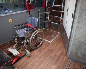 weltneuheit-im-schweizer-fernbus-die-rollstuhlgerechte-toilette