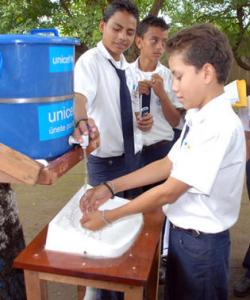 Niños lavan manos