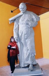 Julia Merizalde con su escultura de Juan Pablo II
