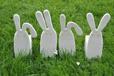 Maceteros de cerámica con forma de conejo.