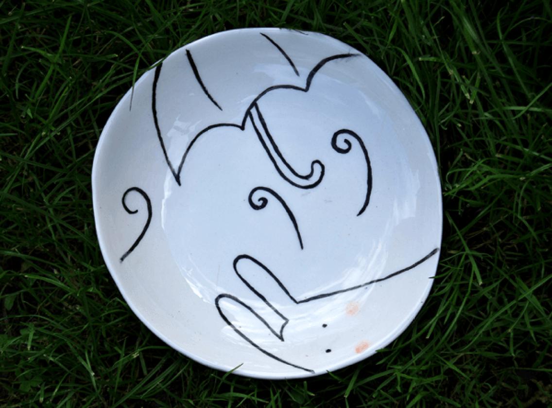 Plato de cerámica con ilustración de conejos y nubes