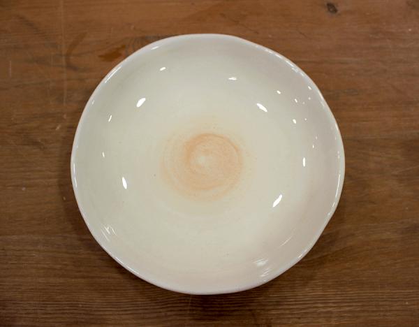 Plato de cerámica con espiral en tonos coral
