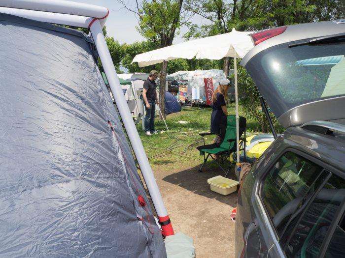 Der Aufbau des 70er Jahre Zelts beginnt