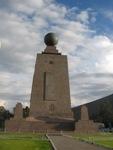 Het officiele monument van het midden van de aarde staat dus NIET op de evenaar!