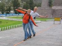 Bas en Eelco balanceren op een nep-evenaar