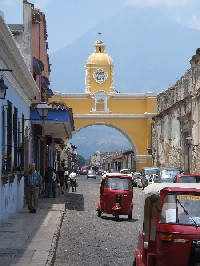 Tuktuks onder de Arco de Antigua
