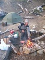 Bas bij het kampvuur na de verschrikkelijke afdaling