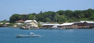 Paalwoningen (veelal duikscholen) op tropisch Utila
