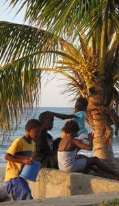 Garifuna meisjes van 5 jaar dansen sensueel op de Garifunabeat