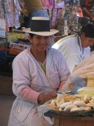 Mooie kaasverkoopster op de markt van Ayacucho