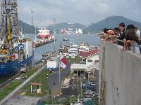 Toeristen bij de Miraflores sluizen van het Panama Kanaal