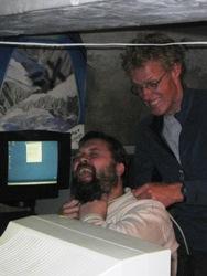 Rick is vervelend, Eelco doet daarom wurgpoging met printerkabel