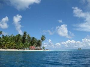 2008 Pan-Col 425 - Blauw water, blauwe lucht, strandje en een rieten hutje