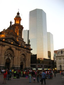 @@@@@IMG_3370_Modern_naast_oud_Plaza_de_Armas_Santiago