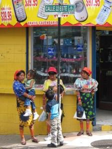 @@@@@IMG_6637_Drie_Kuna_vrouwen_met_kinderen_Panama_City