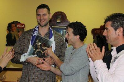 Ian O'Leary recibiendo de mano de Garrido el Trofeo Basket Morao de la pasada temporada. Foto Peña Basket Morao