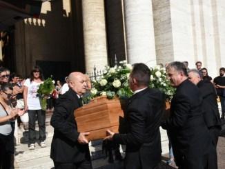 Funerale di Stefano Tortoioli, tanta gente a Santa Maria
