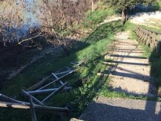 Atti vandalici a Ponte Santa Lucia, abbattuto corrimano, appena riparato