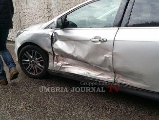 Incidente stradale a Bastia, perde controllo dell'auto e si schianta su una Focus