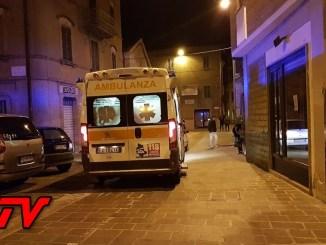 Bastia Umbra, scivola dalla gronda e si schianta a terra, romeno in ospedale