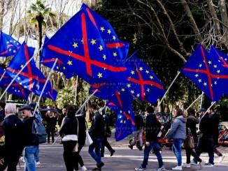 CasaPound solidarietà al cittadino che ha strappato la bandiera dell'unione europea