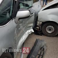 Incidente tra furgone e auto, nessun ferito, ma una donna che assiste si sente male