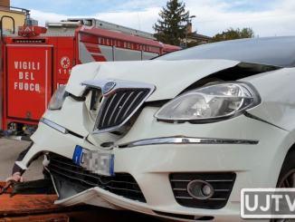 Auto a gpl si schianta contro un palo a Bastiola, tanti danni e panico | Foto