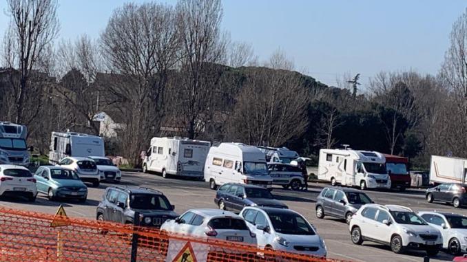 Caminanti di Noto invadono piazzale delle poste a Bastia con i loro camper
