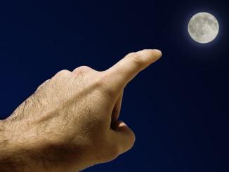 Movimento 5 Stelle, chi guarda il dito e chi guarda la luna