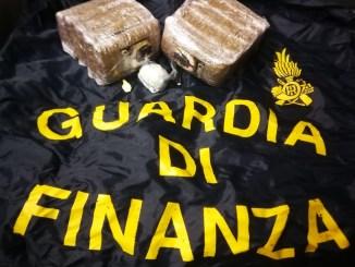 Guardia di Finanza sequestra un chilo di hashish ad un bastiolo di 54 anni