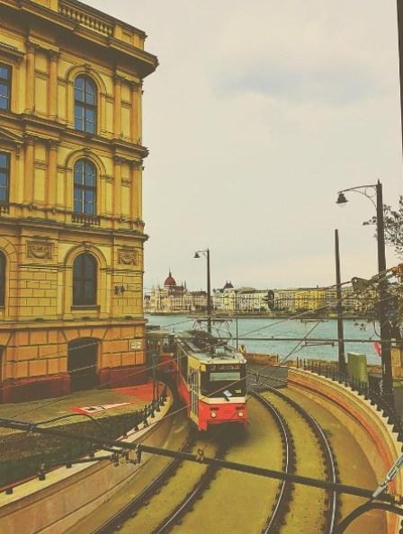 Het straatbeeld van Boedapest, met op de achtergrond het Parlement.