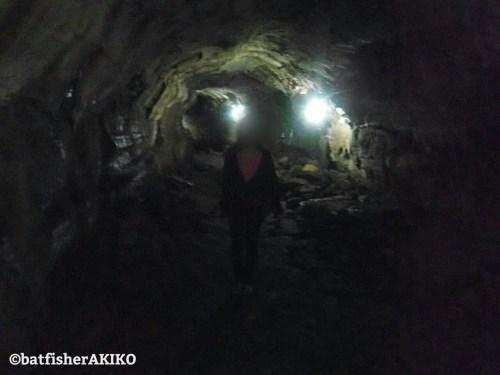 溶岩トンネルの中で記念撮影