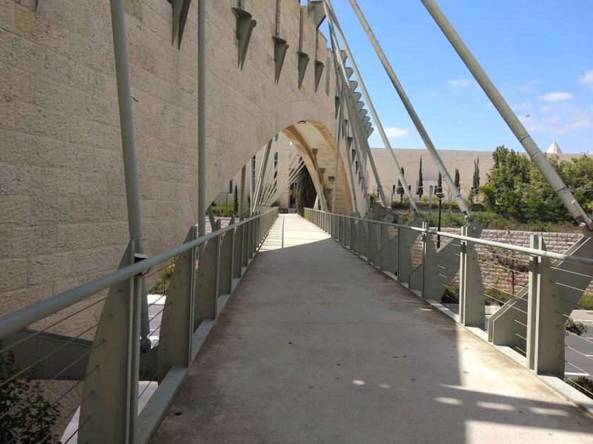 קו ישיר המקשר בין בית המחוקקים לבית המשפט העליון והישר לסינימה סיטי. גשר מרהיב אבל לאן?!