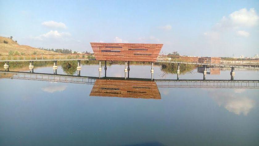הפרגולה המרכזית באגם כיום