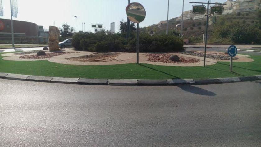דשא סנתטי, שבלונות גאומטריות ודקורציה אינפנטילית - כיכר תנועה מודרנית