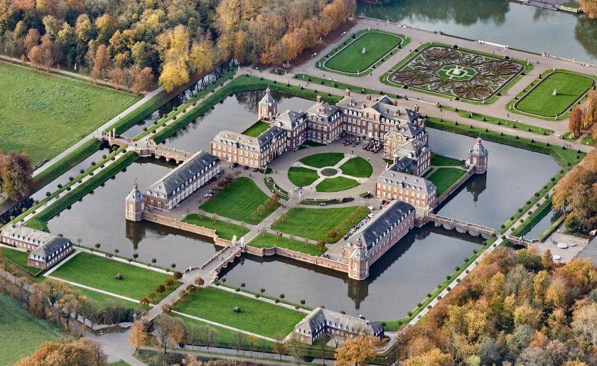 ארמון Schloss Nordkirchen במדינת נורדריין-וֵסְטְפַאליה שבגרמניה. הוקם באותם זמנים שבאך הלחין את יצירותיו.