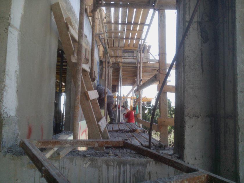 חגורת בטון היקפית על יסודות חדשים המעוגנת אל הבניין הישן.