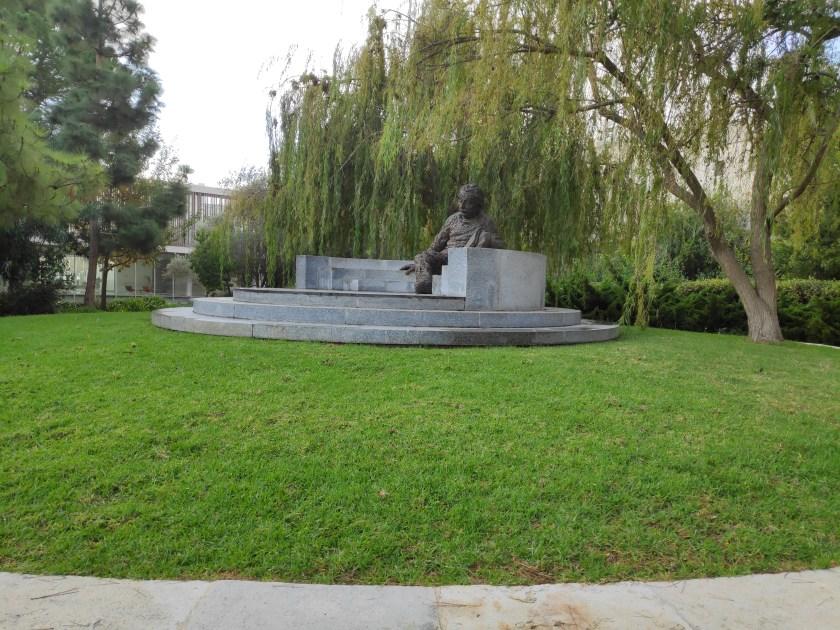 פסל אלברט איינשטיין,  מדשאה וסימטריה פשטנית שכל ילד עם מחוגה יכול לשרטט ונוסף על אלו שימוש בערבה בוכיה עם תאריך תפוגה של קוטג'