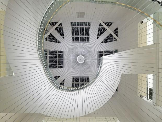 un escalier monumental suspendu au