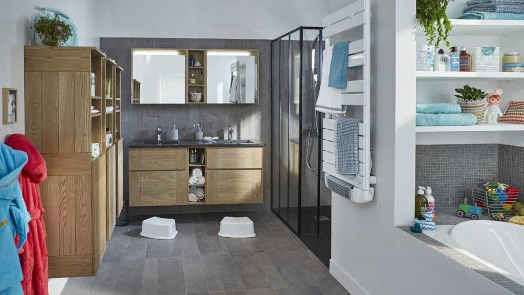 Salle de bain familiale design et organisée.